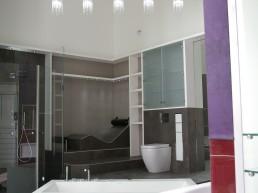 Badeinrichtung mit Glasdusche und Schränken